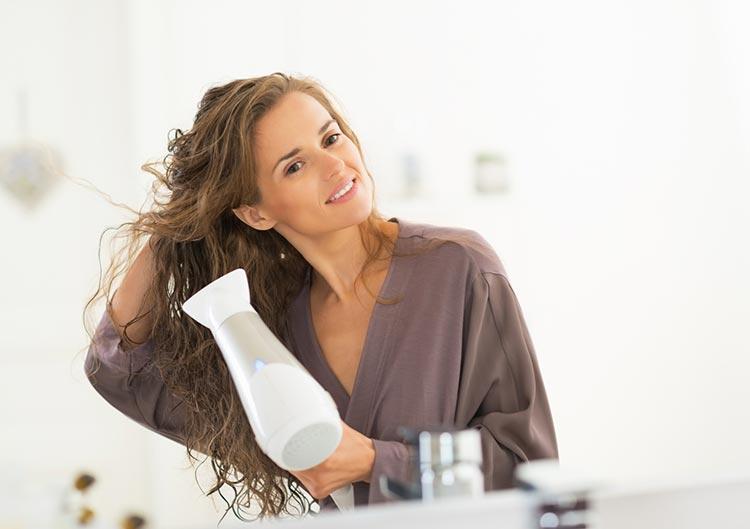 Greške koje pravite dok sušite kosu fenom